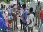 अयोध्या में पुलिस ने लोगों को बांटे मास्क और सैनिटाइजर, कोरोना प्रोटोकॉल फोलों करने की अपील लखनऊ,Lucknow - Dainik Bhaskar