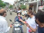 लखनऊ में 50 दिन बाद दुकानों के उठे शटर; कारोबारियों ने ग्राहकों को फूल देकर मनाया जश्न लखनऊ,Lucknow - Dainik Bhaskar