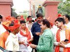 कैबिनेट मंत्री अनिल राजभर कर रहे थे संस्कृति की रक्षा की बात, मास्क और सोशल डिस्टेंसिंग से बनाई दूरी, फोटो खिंचाते समय पहना मास्क वाराणसी,Varanasi - Dainik Bhaskar
