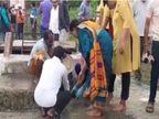 मंत्री प्रहलाद पटेल के साथ पौधारोपण करने पहुंचीं पत्नी, चप्पल में कीचड़ लगा तो समर्थकों ने अपनी हाथों से निकाला और साफ किया|दमोह,Damoh - Money Bhaskar