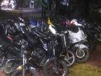 इंदौर के मल्हारगंज में 200 लोग मना रहे जन्मदिन, तीन थानों की पुलिस ने घेराबंदी कर 5-6 लोगों को पकड़ा तो आ गए परिजन, बोले-यह पार्टी में नहीं थे|इंदौर,Indore - Money Bhaskar