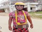 इलाके में दिखने लगा बहुरूपिया, सिर पर पीला हेलमेट लगा और गले में रेडियो टांगकर करता है मनोरंजन|मुजफ्फरपुर,Muzaffarpur - Money Bhaskar