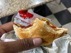बर्गर के साथ आधा हिस्सा भी चबा गया युवक, तबीयत बिगड़ने पर अस्पताल में भर्ती करवाना पड़ा, जयपुर में केस दर्ज|जयपुर,Jaipur - Money Bhaskar
