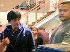 मुलांसोबत आइस्क्रिमची मजा घेताना दिसला शाहरुख खान| - Divya Marathi