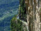 Amazing: 1000 मीटर उंचीवरून खडकांवर वाहतो चीनचा हा कालवा  - Divya Marathi