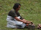 येथे खुल्या जागेत मृतदेह टाकून जातात, तुकडे करुन खाऊ घालतात गिधाडांना|विदेश,International - Divya Marathi