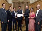 सारस्वत बँकेकडून पूरग्रस्तांसाठी एक कोटीची मदत, बँकेच्या संचालक मंडळाने मुख्यमंत्र्यांकडे सुपूर्त केला धनादेश|मुंबई,Mumbai - Divya Marathi