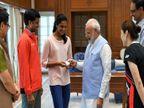वर्ल्ड चँपियन झाल्यानंतर मायदेशी परतली पीव्ही सिंधू, पंतप्रधान नरेंद्र मोदींची घेतली भेट  - Divya Marathi