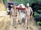 खराब रस्त्यामुळे पोलिसांनी वृद्धेला खांद््यावरून अॅम्ब्युलन्सपर्यंत नेले| - Divya Marathi
