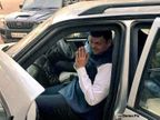 मुख्यमंत्री देवेंद्र फडणवीस यांच्या ताफ्यात घुसली तरुणी, गाडीवर फेकली शाई; महापोर्टल साईट बंद केल्याचा निषेध|अहमदनगर,Ahmednagar - Divya Marathi