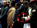 એક તરફ શહીદ જવાનોને શ્રદ્ધાંજલિ અપાતી હતી તો બીજી તરફ રાહુલ ગાંધી મોબાઈલમાં હતા મશગૂલ| - Divya Bhaskar