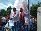 CMના પત્ની સહિત ભાજપના નેતાઓ ગણપતિને ટ્રાફિક પોલીસની ટ્રોલીમાં ટોઈંગ કરીને લાવ્યા, પોલીસ કમિ.અજાણ| - Divya Bhaskar