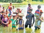 શિક્ષણ મેળવવુ છે ? તો નદી ઓળંગો, પાલિકાની હદમાં આવેલા ભીંડા ફળિયાના લોકો ચોમાસામાં બેહાલ સંતરામપુર,Santrampur - Divya Bhaskar
