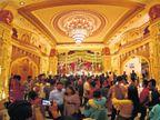 12 કરોડના ખર્ચે મૌર્યકાલીન સ્વર્ણિમ પંડાલ બન્યો, 10 કરોડ રૂપિયાના સોના-ચાંદીનાં ઘરેણાંથી માનો શણગાર ઈન્ડિયા,National - Divya Bhaskar