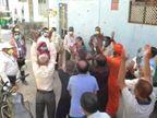 શહેરને સ્વચ્છ રાખનારા કોરોના વોરિયર્સ સફાઇ કર્મચારીઓ અને વોર્ડ અધિકારીઓ પર પુષ્પવર્ષા કરીને લોકોએ સન્માન કર્યું|વડોદરા,Vadodara - Divya Bhaskar