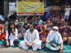 સુરતના વરાછામાં સ્કૂલ ફી માફ કરવાના મુદ્દે મહિલાઓ પ્રતિક ઉપવાસ પર બેઠી સુરત,Surat - Divya Bhaskar