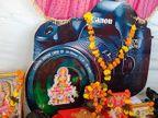 ગીર સોમનાથમાં ધનતેરસની અનોખી ઉજવણી, કેમેરામાં લક્ષ્મી માતાને બિરાજમાન કરી પૂજા, ફોટોગ્રાફી અને વીડિયોગ્રાફીનો વ્યવસાય ઉભો થાય તેવી પ્રાર્થના કરી|જુનાગઢ,Junagadh - Divya Bhaskar