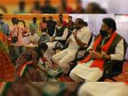 મહિલા કોંગ્રેસ કાર્યકરો ભાવ વધારાનો વિરોધ કરવા ડુંગળી બટાટા લઈ સ્ટેજ સુધી ધસી આવી|પાટણ,Patan - Divya Bhaskar
