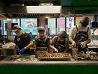 હોન્ગકોન્ગના એક રેસ્ટોરાંમાં દિવ્યાંગોને ભોજન બનાવવાની ટ્રેનિંગ આપવામાં આવે છે, આ લોકો કુકિંગથી લઇને સર્વિંગનું કામ કરે છે|લાઇફસ્ટાઇલ,Lifestyle - Divya Bhaskar