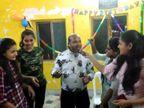 કોરોના મહામારીના સમયમાં ધોરાજી કોવિડ હોસ્પિટલના કર્મચારીઓએ સોશિયલ ડિસ્ટન્સના ભંગ સાથે અને માસ્ક પહેર્યા વગર જન્મદિવસ ઉજવ્યો!|રાજકોટ,Rajkot - Divya Bhaskar