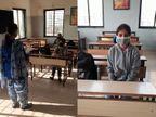 રાજકોટમાં ધો.9 અને 11ની સ્કૂલોમાં 80થી 90 ટકા વિદ્યાર્થીઓ આવ્યા, ઝીગઝેગ સિસ્ટમથી એક વર્ગમાં 22 વિદ્યાર્થી, વિદ્યાર્થીએ કહ્યું- ઓફલાઇન ભણવામાં મજા આવે છે|રાજકોટ,Rajkot - Divya Bhaskar