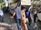 ચૂસ્ત સુરક્ષા વ્યવસ્થા સાથે બન્ને ટીમ હોટેલ હયાત પહોંચી, ઢોલ-નગારાથી પરંપરાગત સ્વાગત કર્યું, ટેમ્પરેચર ચેક કર્યા બાદ હોટેલમાં પ્રવેશ આપ્યો|અમદાવાદ,Ahmedabad - Divya Bhaskar