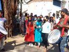 સુરતમાં લોકશાહીનું પર્વ ઉજવતા મતદારો, જલપાનથી પહેલા મતદાન, ઢોલ નગારા સાથે સોસાયટી વાસીઓએ સામૂહિક મતાધિકારનો ઉપયોગ કર્યો|સુરત,Surat - Divya Bhaskar