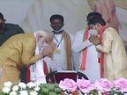 PMને પગે લાગવા આગળ વધ્યા કાર્યકર્તા, નરેન્દ્ર મોદી તેમને પ્રણામ કરી પગે લાગ્યા|ઈન્ડિયા,National - Divya Bhaskar