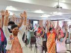 સેન્ટર પર રસી મુકાવવા આવેલા લોકોે તણાવમુક્ત રહે એ માટે 1 કલાક લાફિંગ થેરાપીના સેશન રખાયા|સુરત,Surat - Divya Bhaskar