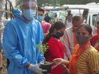 સુરતમાં કોરોનાને મ્હાત આપનાર દર્દીઓને પાલિકા ભેટમાં છોડ આપી વૃક્ષ વાવવાની અપીલ કરે છે|સુરત,Surat - Divya Bhaskar