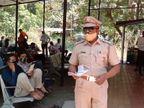 સુરત સિટી પોલીસે લોકોમાં જાગૃતિ લાવવા માટે કોવિડ હોસ્પિટલ બહાર પત્રિકાઓ વહેંચી સમજ અપાઈ|સુરત,Surat - Divya Bhaskar