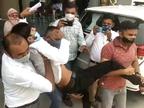 રાજકોટમાં નર્સિંગ સ્ટાફના પગાર મુદ્દે NSUI દ્વારા કલેક્ટર કચેરીએ સુત્રોચ્ચાર સાથે વિરોધ, પોલીસે ટીંગાટોળી સાથે અટકાયત કરી|રાજકોટ,Rajkot - Divya Bhaskar