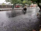 રાજકોટમાં પવન સાથે અમુક વિસ્તારોમાં વરસાદ, માધાપરનો આજીડેમ ઓવરફ્લો થતા દરવાજા અડધો ફૂટ ખોલ્યા, કિનારાના વિસ્તારોને એલર્ટ|રાજકોટ,Rajkot - Divya Bhaskar