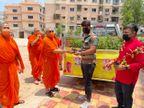 મણિનગર સ્વામિનારાયણ મંદિરમાં વેક્સિનેશન સેન્ટર ખાતે વેક્સિન લેનારને તુલસી છોડ આપવામાં આવ્યા|અમદાવાદ,Ahmedabad - Divya Bhaskar
