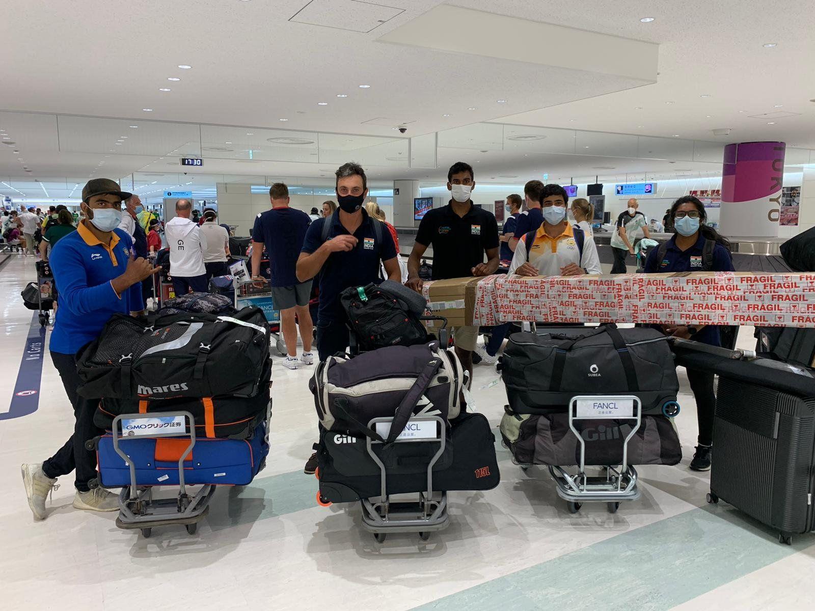 टोक्यो के हनेडा एयरपोर्ट पर भारतीय सेलिंट टीम के एथलीट्स।