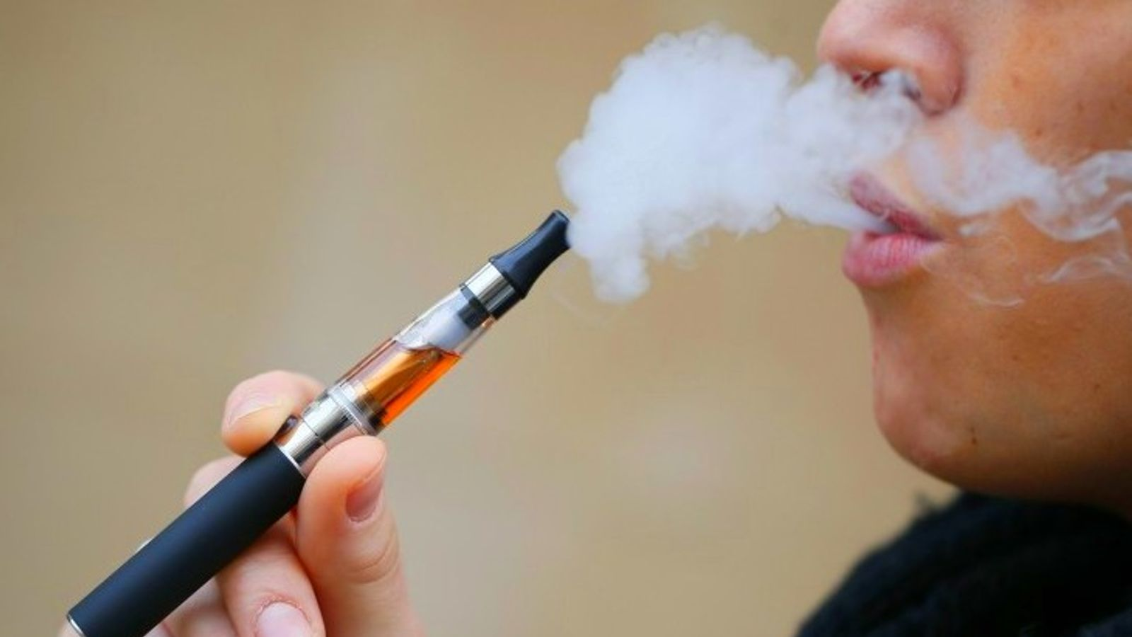 If you smoke e-cigarette, the risk of becoming a smoker increases up to 3  times, experts said; E-cigarettes are as dangerous as cigarette smoking | ई- सिगरेट पीते हैं तो स्मोकर बनने का