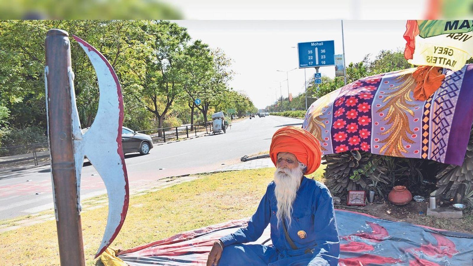 Police could not raise 70-year-old Nihang Labh Singh for the third time | 70 साल के निहंग लाभ सिंह को तीसरी बार भी नहीं उठा पाई पुलिस - Dainik Bhaskar