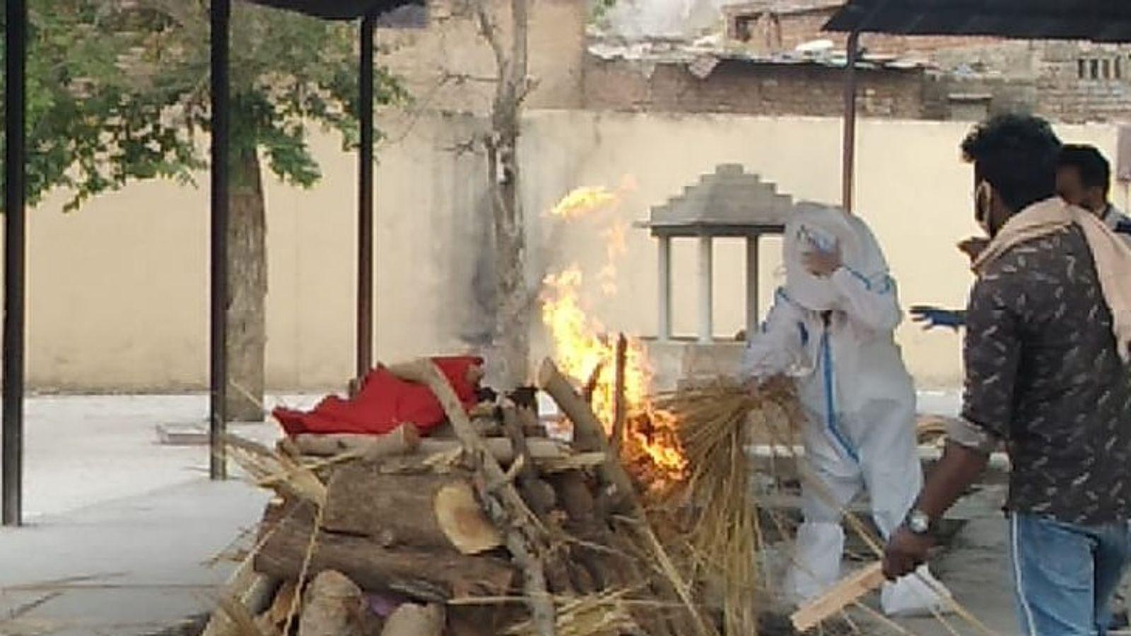 Daughters lit fire | बरेली के बूढ़े मां-बाप को अलवर के श्मशान में बेटियों  ने मुखाग्नि दी, अमेरिका से नहीं आ सका बेटा - Dainik Bhaskar