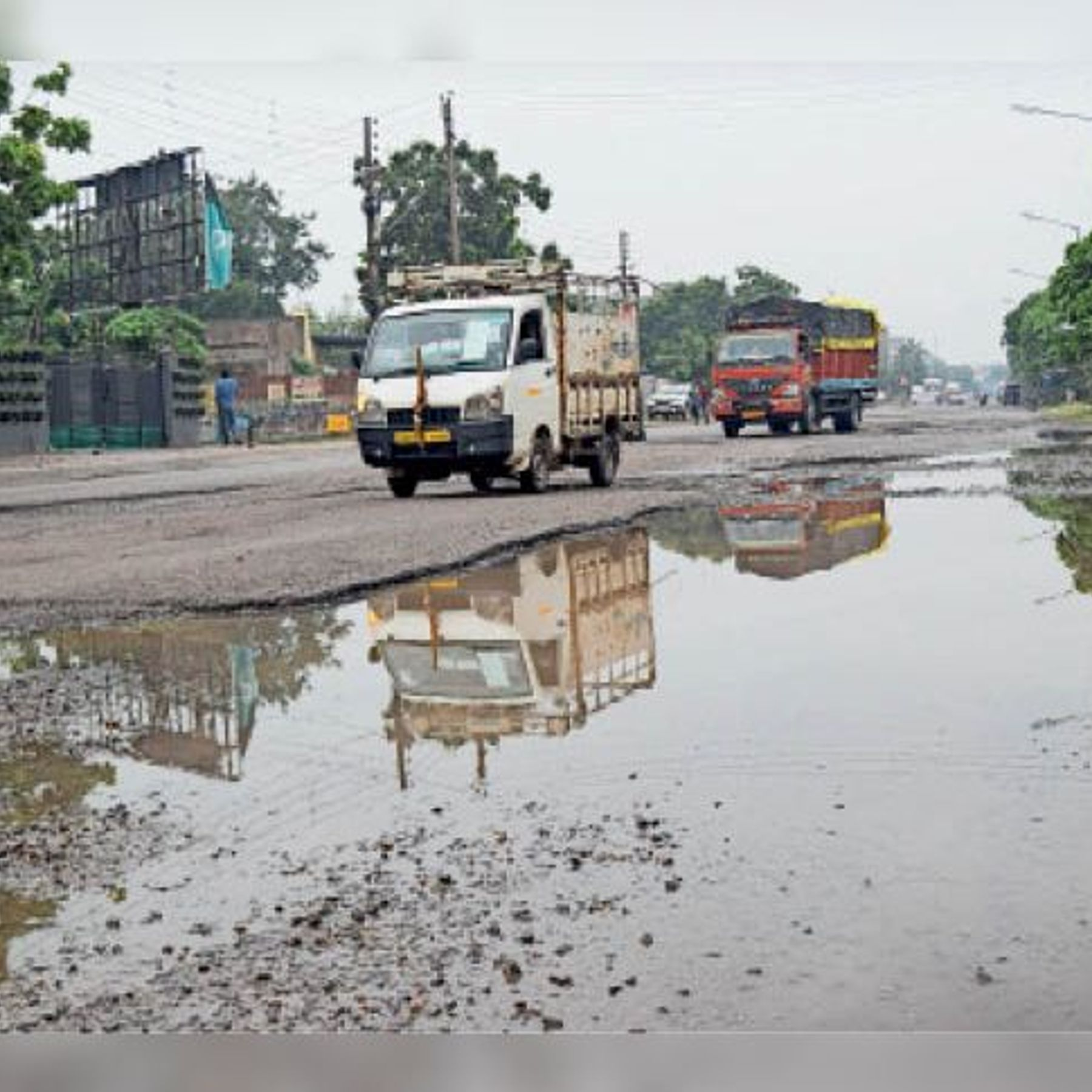 Despite the annual expenditure of Rs 3.20 crore on maintenance, potholes in  the roads emerged in the rain, bypassing the solution   मेंटेनेंस पर सालाना  3.20 करोड़ रुपए खर्च के बावजूद बारिश