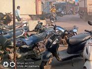 पार्किंग की जगह नहीं हाेने से सड़क किनारे वाहन खड़े कर रहे लाेग, इससे बन रही जाम की स्थिति|खिरकिया (होशंगाबाद),Khirkiya (Hoshangabad) - Money Bhaskar