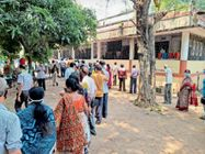 कोविशील्ड का दूसरा डोज लेने पहुंचे लोग, स्टॉक कम होने से कई खाली हाथ लौटे|जमशेदपुर,Jamshedpur - Dainik Bhaskar