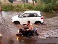 जलभराव के चलते सड़कें बनी दरिया, कई वाहन चालक गड्ढों में गिरकर चोटिल, मौसमी बीमारियों का खतरा भी बढ़ेगा|दौसा,Dausa - Money Bhaskar