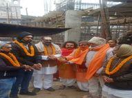 श्रीकाशी विश्वनाथ मंदिर में कूपन अर्पित कर विश्व हिंदू परिषद के कार्यकर्ताओं ने शुरू किया धन संग्रह का काम वाराणसी,Varanasi - Dainik Bhaskar