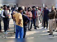 अवैध कॉलोनी गिराने पहुंची नगर निगम की टीम; लोगों ने किया पथराव, JCB के शीशे टूटे|करनाल,Karnal - Dainik Bhaskar