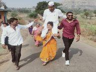 पति सरपंच बना तो पत्नी उसे कंधे पर लेकर पूरे गांव में घूमी, पति बोला- इनके बिना जीत संभव नहीं थी|महाराष्ट्र,Maharashtra - Dainik Bhaskar