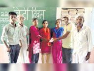 कोरोनाकाल में छात्राओं की पढ़ाई प्रभावित हुई तो शिक्षक ने दिलाए मोबाइल प्रवासियों की करवाई स्वास्थ्य जांच और जरूरतमंदों तक पहुंचाई खाद्य सामग्री|सिरोही,Sirohi - Dainik Bhaskar