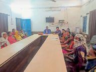 मास्क बनाने के बाद पेमेंट के लिए भटक रहीं महिलाएं|जांजगीर,Janjgeer - Dainik Bhaskar