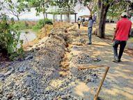 गोपिया तालाब के चारों ओर कोई बस्ती ही नहीं, फिर भी बिछाई जा रही पाइपलाइन|जांजगीर,Janjgeer - Dainik Bhaskar