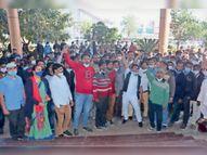 ठेका कार्मिकों ने किया दो घंटे कार्य बहिष्कार, चिकित्सा सेवाएं चरमराईं|झालावाड़ (कोटा),Jhalawar (Kota) - Dainik Bhaskar
