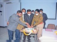 झालावाड़ मेडिकल कॉलेज की माइक्रो बायोलॉजी लैब ने जांचे 1 लाख 683 कोरोना सैंपल, केक काट मनाया जश्न|झालावाड़ (कोटा),Jhalawar (Kota) - Dainik Bhaskar